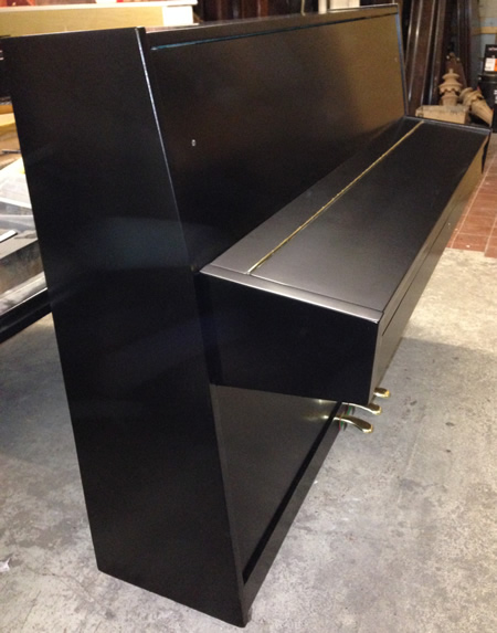 Nieer piano sideview.