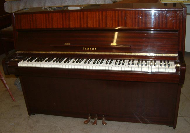 Yamaha pianos 106 small modern upright piano in a mahogany for Small upright piano dimensions